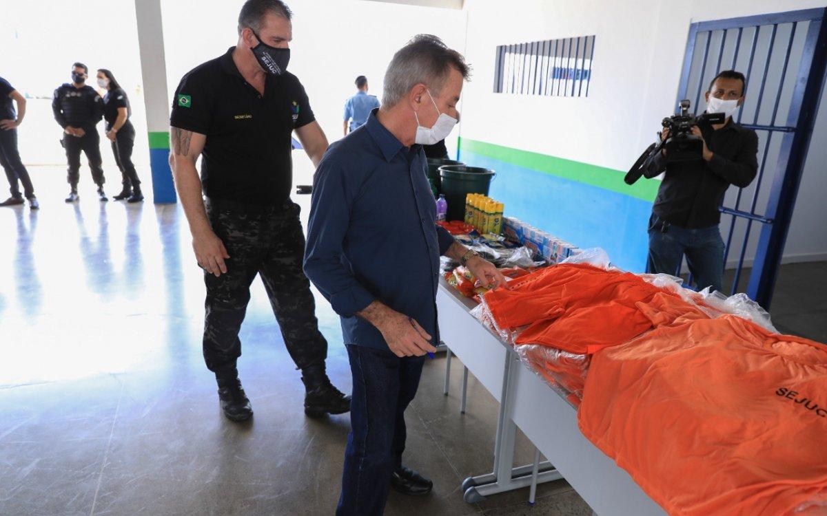 Governo entrega kits de higiene e uniformes para internos do sistema prisional