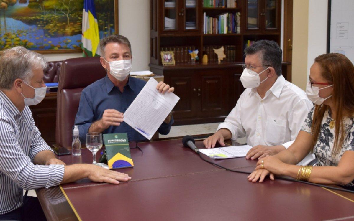 Governador assina decreto que garante a estabilidade para mais de 400 servidores da Saúde